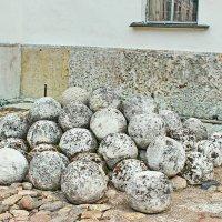 Каменные ядра у южной стены Софийского собора :: Наталья Маркелова