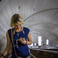 На эскалаторе :: Алексей Окунеев