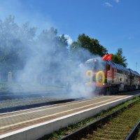 Торжественный проезд тепловоза по железнодорожному пути в День железнодорожника в г.Дно :: Ирина Никифорова