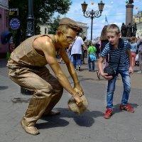 Мальчик и памятник :: Валерий Чернов