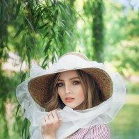 барышня на прогулке :: Ирина Кривова