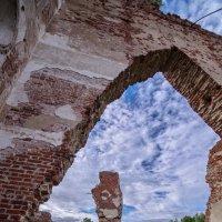 Развалины храма Крестовоздвиженья в Коприно :: Alexandr Яковлев