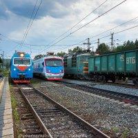 уристический поезд с локомотивом ЭП1П-067 по ст Глубокая пропускает ВС-1Н -004 с начальником дороги :: Алексей Белик