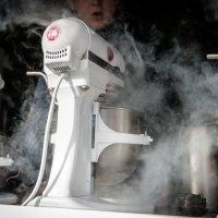таинство приготовления мороженного :: Sergey Samoylov