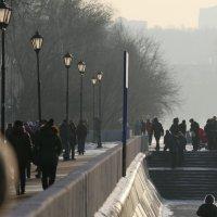 силуэты на набережной или люди как маникены :: Олег Лукьянов