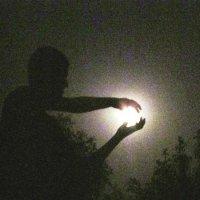 великан ловит луну :: Ирина Шиловская