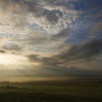 В преддверии теплого летнего дня.... поля и холмы окутаны туманом :: Оксана Успенская