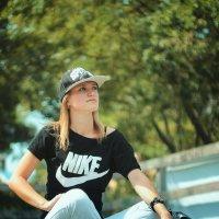 девушка в парке :: Михаил Тихонов