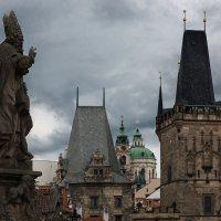 Прага, Карлов мост облачным утром :: Денис Глебов