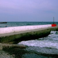 На пирсе в море... :: Людмила