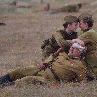 Две сестрички и боец :: Игорь Кузьмин