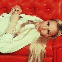 Девушка на красном диване) :: Елизавета Конова