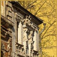 Апрель. Дом с кариатидами в Печатниковом переулке :: Наталья Rosenwasser
