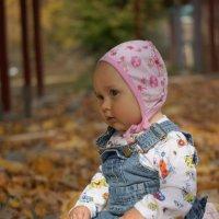 Девочка сидит на опавшей листве :: Ирина Лучанинова