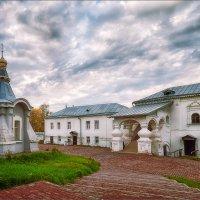 Во дворе Никольского монастыря... :: Александр Никитинский