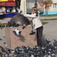 Девушка с голубем. г. Нягань :: Елена Кислых