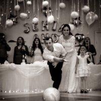 Один из способов разбить свадебные бокалы молодоженами :: Виталий Левшов