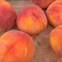 Румяные персики просятся в рот! :: Нина Корешкова