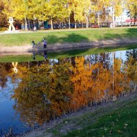 осень в зеркале пруда :: Александр Прокудин