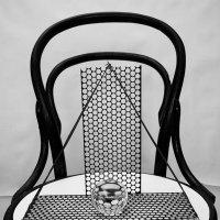натюрморт с шаром и стулом :: Владимир Безгрешнов