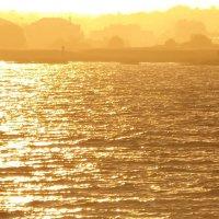 По брегу не спеша гуляя . Я вижу солнце прячется у края :: Владимир Гилясев