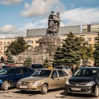Памятник воинам Уральского добровольческого танкового корпуса, рядом с ж/д вокзалом :: Михаил Вандич