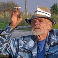 Михалыч - колоритный мужчина в деревне. :: Пётр Сесекин