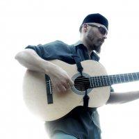 С гитарой на фоне белого неба :: Денис Бугров