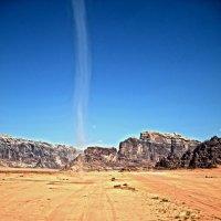 Небольшой смерч в пустыне Вади-Рам :: Валентина Потулова