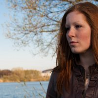 Рыжая девушка на берегу реки. :: Дмитрий Строж