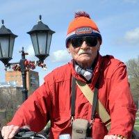 Фотограф. А ему за 80... :: Александр Шмалёв