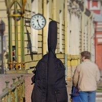 тяжелая  ноша контрабандиста...  ой нет, контрабасиста! :: Ирэна Мазакина