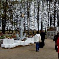 у братского кладбищя :: Сергей Кочнев