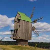 Стоит в поле ветрячок, он ни низок , ни высок.. :: Андрей Нибылица