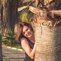 Девушка у дерева 3 :: Евгений Дольников