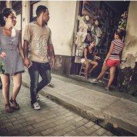Жизнерадостные кубаши...Гуляя улочками старой Гаваны! :: Александр Вивчарик