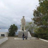 Памятник Дмитрию Калинину — капитану десантников отдавших свои жизни в бою с фашистами :: Геннадий Храмцов