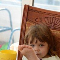 Посади ребенка за стол... сидит, как удобно :: Annie NYIP Prussot