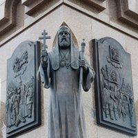"""Фрагмент памятника """" 1000-летие Ярославля"""" - православный священник святитель Тихон .... :: Galina Leskova"""
