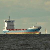 И пароход и дружба их морская, дорогу уступив,.. :: Владимир Гилясев