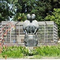 Единственный в мире памятник обезьяне в знак благодарности за помощь в изучении тяжелых заболеваний :: Елена Павлова (Смолова)