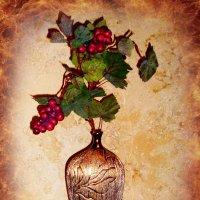Ваза с виноградной лозой :: Nina Yudicheva