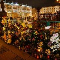 в скорбном молчании даже в это время суток несут цветы. игрушки ... :: Валентина Папилова