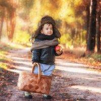 Мужичок с ноготок по дороге к любимой бабушке) :: Tatsiana Latushko