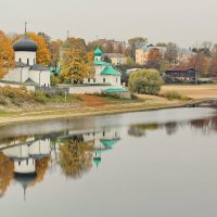 Осень у Мирожского монастыря :: Анатолий Шумилин