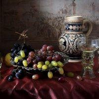 Натюрморт с виноградом и стрекозой :: Татьяна Карачкова