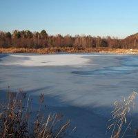 Синий бархат застывшей воды заставляет меня позабыть про осенние теплые дни,те,которые уж не вернуть :: Александр Попов