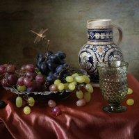 Натюрморт с виноградом и стрекозой. Вариант :: Татьяна Карачкова