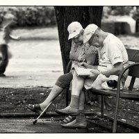 Бабушка рядом с дедушкой :: Екатерина Бакулина