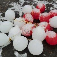 Шары и снег... :: Владимир Павлов